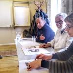 Landskrona konstförenings ordförande Mia Widell har just burit fram konstverk till Svart på Vitt juryn bestående av Inga Björstedt, Thomas Kjellgren och Per Rossling.