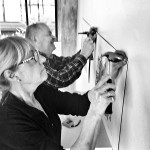 Per Rossling och Mia Widell arbetar med hängningen av den 16:e upplagan av teckningstriennalen Svart på Vitt.